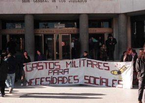 Manifestación de insumisos contra el servicio militar, en 1997, ante los juzgados de la Plaza Castilla