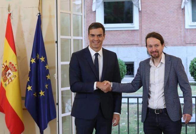 Pedro Sánchez y Pablo Iglesias se estrechan la mano tras la firma del acuerdo en La Monlcoa