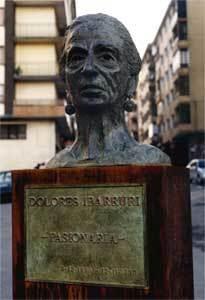 """Monumento a Dolores Ibarruri"" del escultor Lucas Alcalde en Santurtzi, Bizkaia."